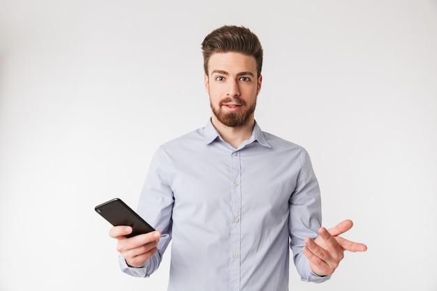 Portret zmieszany młody człowiek ubrany w koszulę