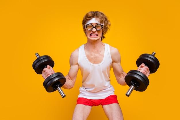 Portret zmotywowanego faceta sportowca podnoszenia ciężkiego planu wytrzymałościowego ze sztangą