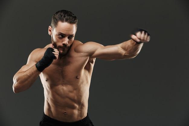 Portret zmotywowanego mięśni boksera walki