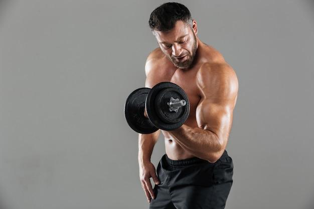 Portret zmotywowanego silnego męskiego kulturysty bez koszuli