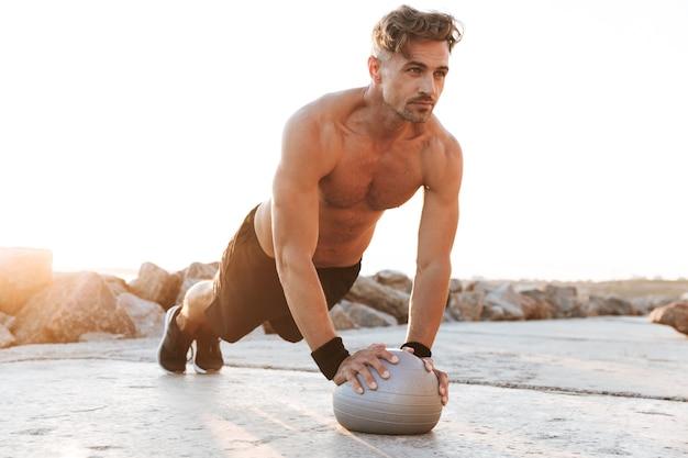 Portret zmotywowanego sportowca bez koszuli