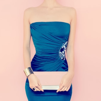 Portret zmysłowa kobieta w wieczór sukni
