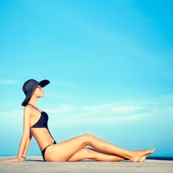 Portret zmysłowej dziewczyny mody na wakacjach
