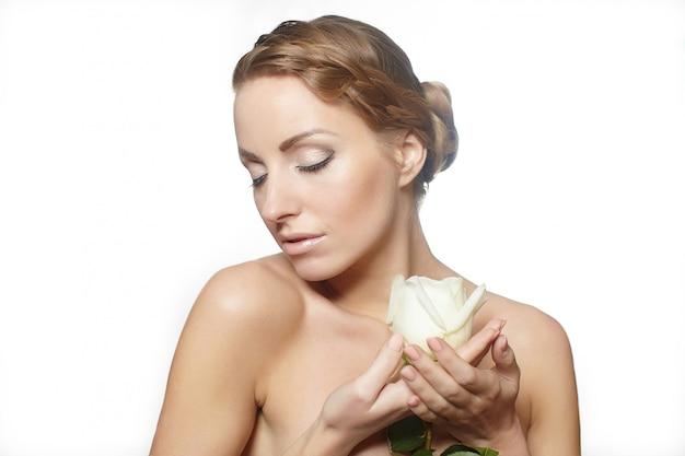 Portret zmysłowej pięknej kobiety z czerwoną różą długie kręcone włosy, jasny makijaż