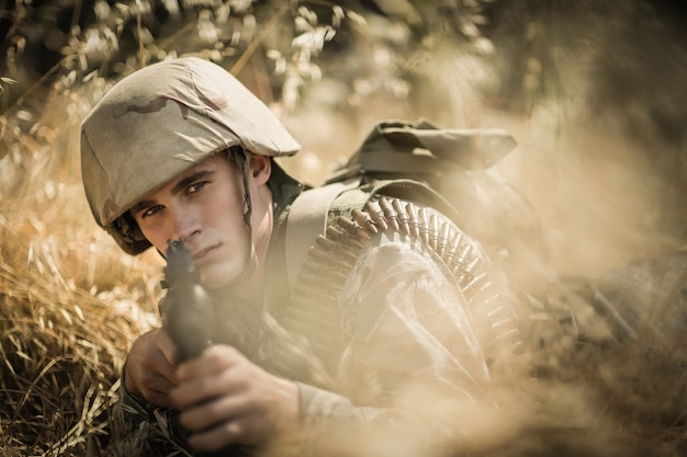Portret żołnierza wojskowego celującego z karabinu w obozie dla rekrutów