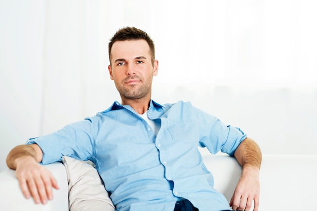 Portret zrelaksowany mężczyzna w domu