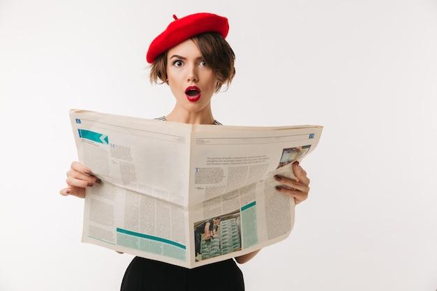 Portret zszokowana kobieta nosi czerwony beret
