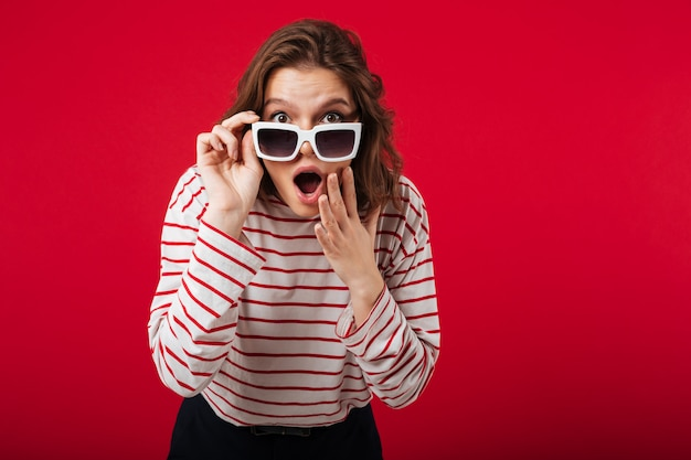 Portret zszokowana kobieta w okularach przeciwsłonecznych