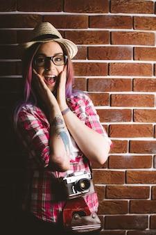 Portret zszokowana kobieta w okularach