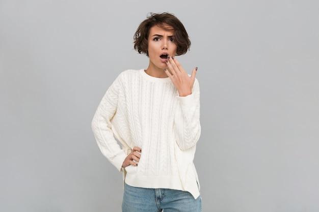 Portret zszokowana kobieta w swetrze