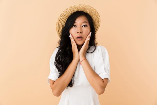 Portret zszokowanej dziewczyny azjatyckie w letnim kapeluszu