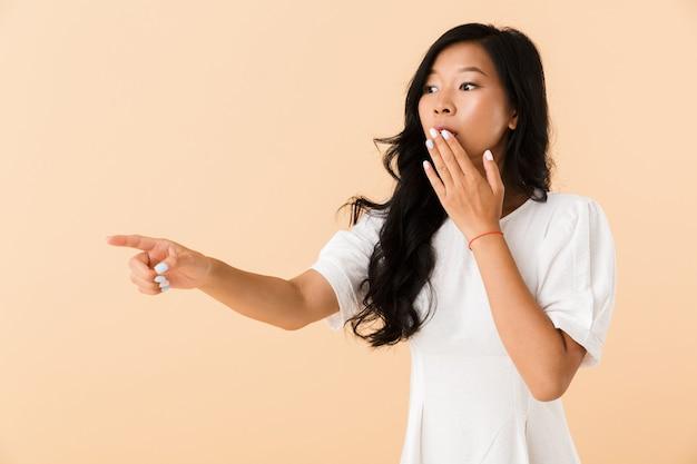 Portret zszokowanej młodej kobiety azji
