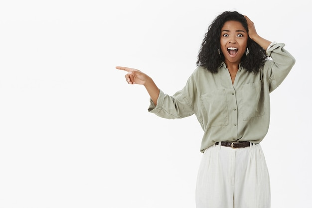 Portret zszokowany oniemiały afroamerykanin kobieta z kręconymi fryzurami jest oszołomiony