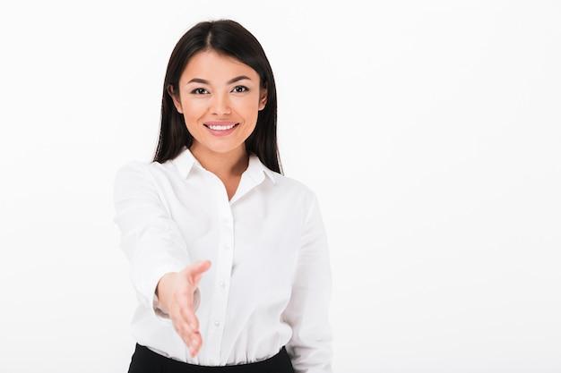 Portret życzliwy azjatykci bizneswoman wita ciebie