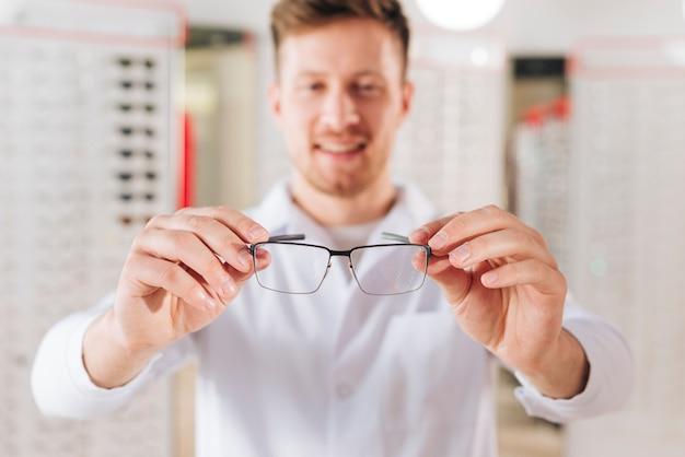 Portret życzliwy męski optometrist