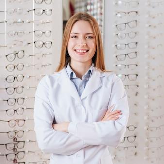 Portret życzliwy żeński optometrist