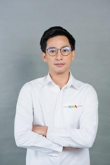 Portreta azjatykci młody człowiek na szarość, nastolatek
