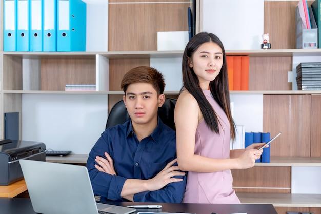 Portreta młody człowiek i ładna kobieta przy początkowym biurem