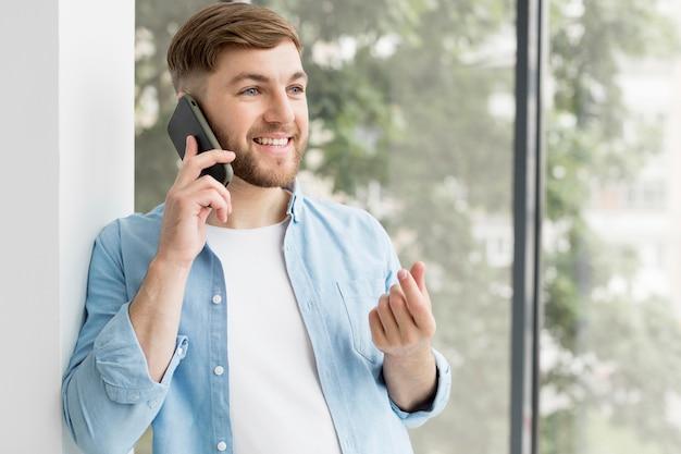 Portreta młody człowiek opowiada na telefonie