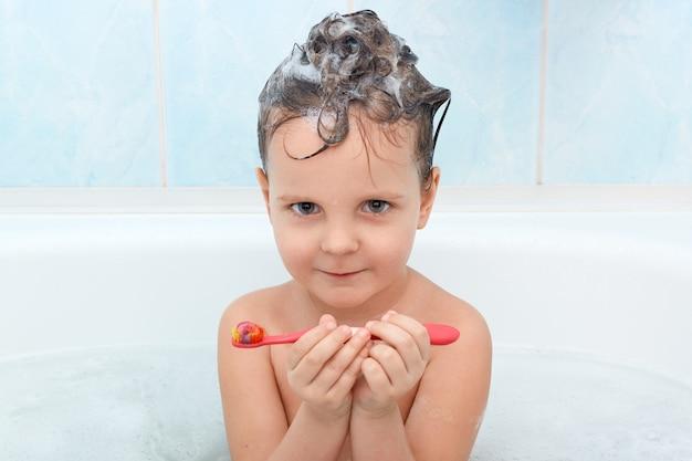 Portreta ot atrakcyjny małe dziecko patrzeje kamerę