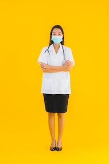 Portreta piękna młoda azjata lekarki kobieta z maską dla gacenia covid19