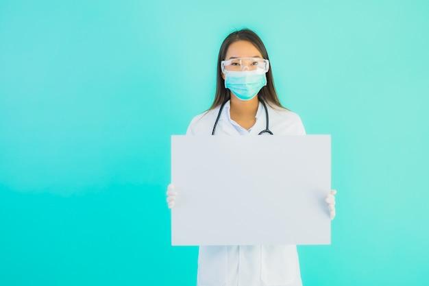 Portreta piękna młoda azjata lekarki kobieta z pustą karcianą deską