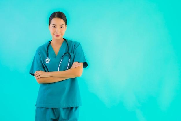 Portreta pięknego młodego azjata lekarki kobiety szczęśliwy uśmiech