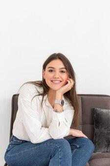 Portreta smiley kobieta w domu