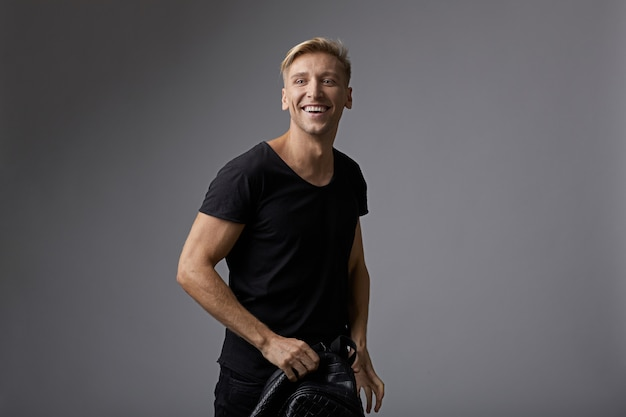 Portreta szczęśliwy młody człowiek z błyszczącym uśmiechem