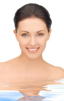 Portretowy obraz pięknej kobiety w wodzie