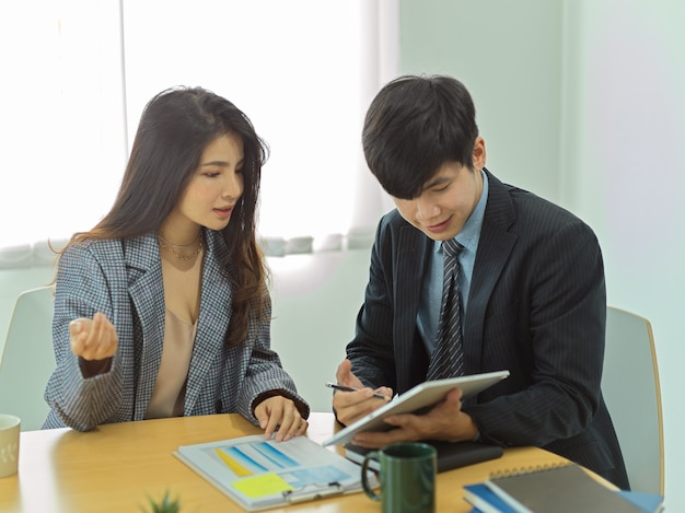Portrety biznesmenów rozmawiających ze sobą w celu konsultacji na temat ich pracy w biurze