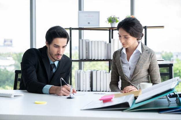Portrety biznesowego mężczyzny i kobiety pracującej w biurze finansów