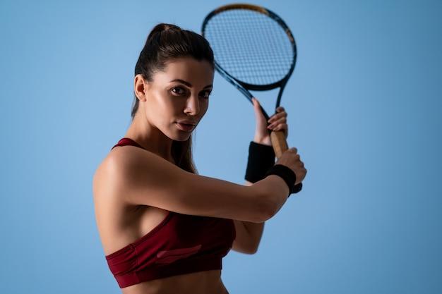 Portrety sportowej dziewczyny w studio fotograficznym