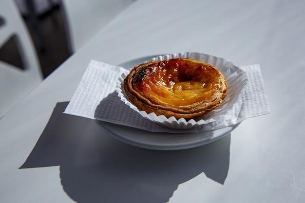 Portugalski deser pastel de nata na talerzu.