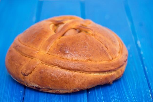 Portugalski tradycyjny wielkanocny tort na drewnianej powierzchni