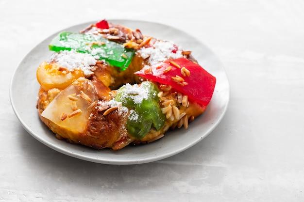 Portugalskie ciasto owocowe bolo rei na półmisku