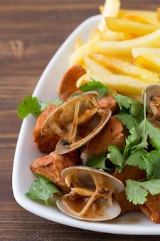 Portugalskie danie carne de porco a alentejana
