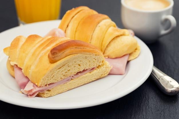 Portugalskie śniadanie na czarnym ceramicznym stole