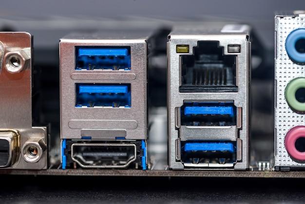 Porty komputerowe z bliska, koncepcja naprawy i aktualizacji