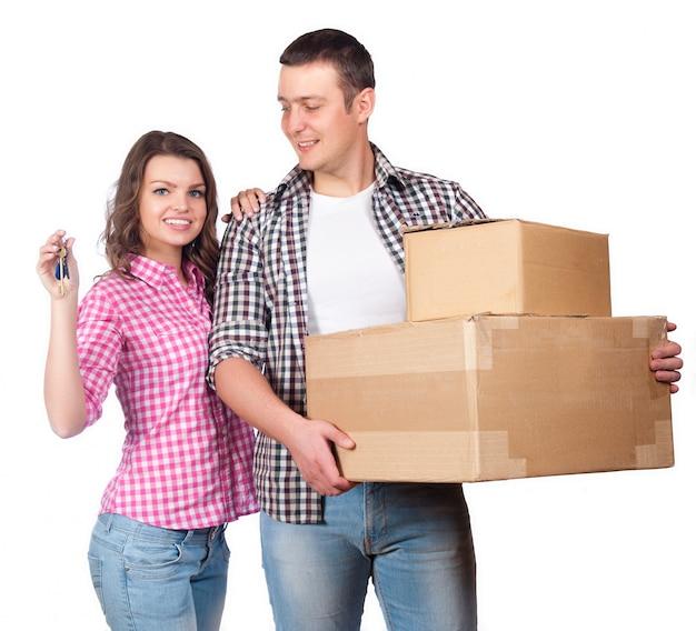 Poruszający, domowy i rodzinny pojęcie, - uśmiechnięta pary mienia kartony