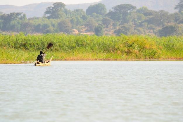 Poruszanie się w prostej łodzi wiosłowej na jeziorze tana w etiopii w afryce