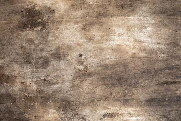Porysowana drewniana deska do krojenia