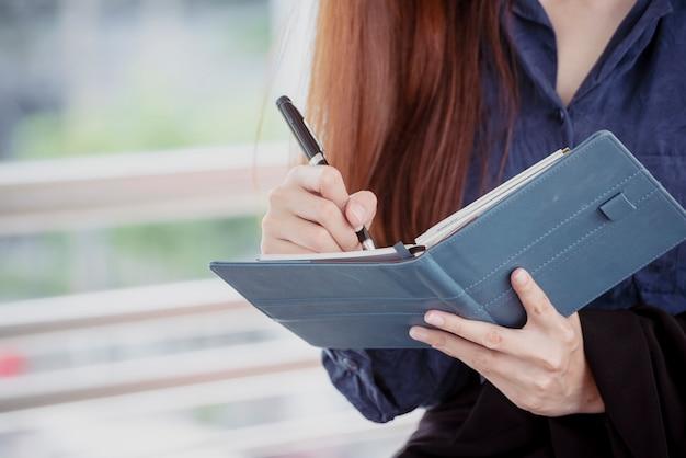 Porządek harmonogramu kobiety planistki i organizacji spotkania