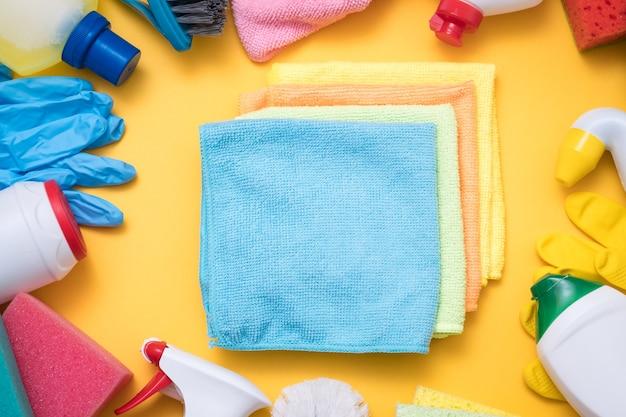 Porządkowanie domu. odkurzanie i polerowanie mebli. szereg asortymentu ściereczek w otoczeniu środków czyszczących.