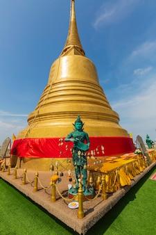Posąg anioła ze złotą stupą w świątyni wat saket, czyli phu khao thong, na szczycie znajduje się gigantyczna pagoda, z której roztacza się wspaniały widok i jest atrakcją turystyczną.