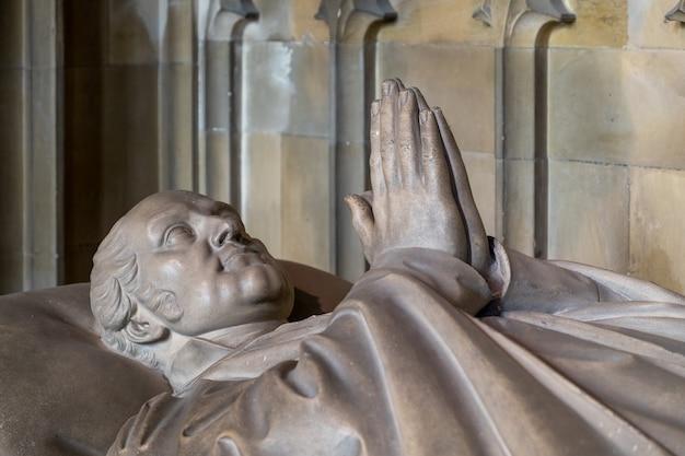 Posąg biskupa w katedrze w canterbury
