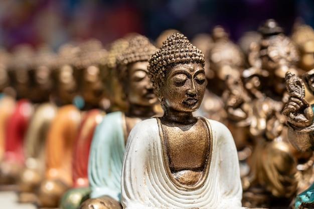 Posąg buddy figurki pamiątkowe na wystawie na sprzedaż na targu ulicznym w ubud, bali, indonezja