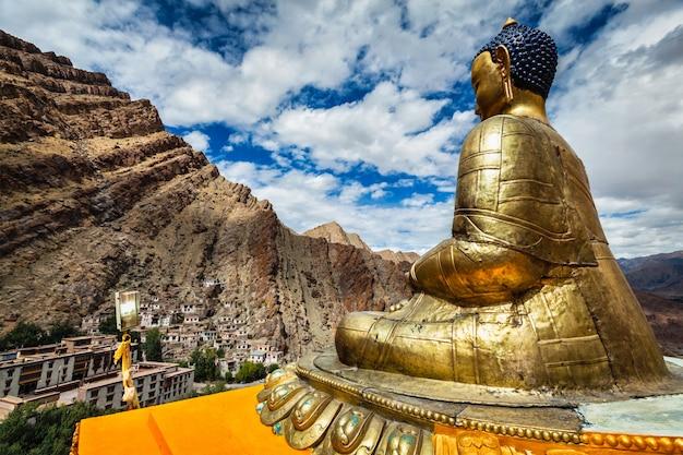 Posąg buddy i klasztor hemis. ladakhu