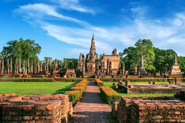 Posąg buddy i świątynia wat mahathat na obrzeżach parku historycznego sukhothai
