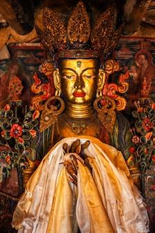 Posąg buddy maitrei